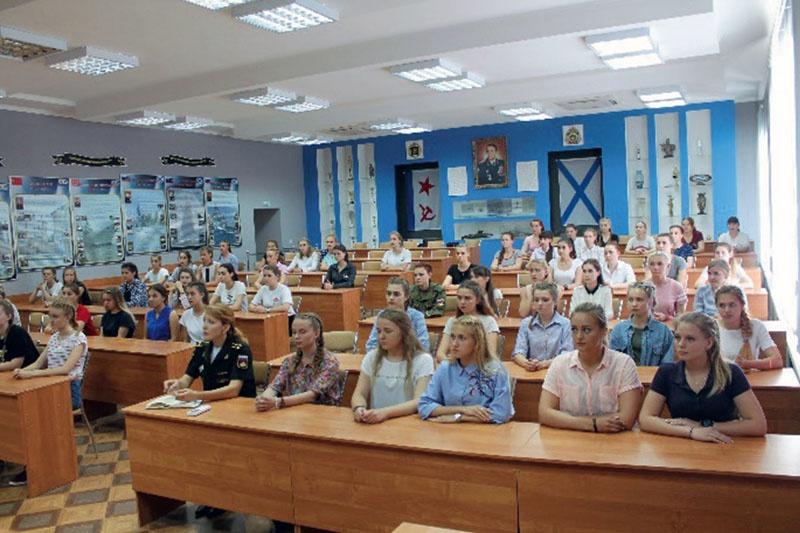 Конкурсный отбор девушек для поступления в военно-морские училища.