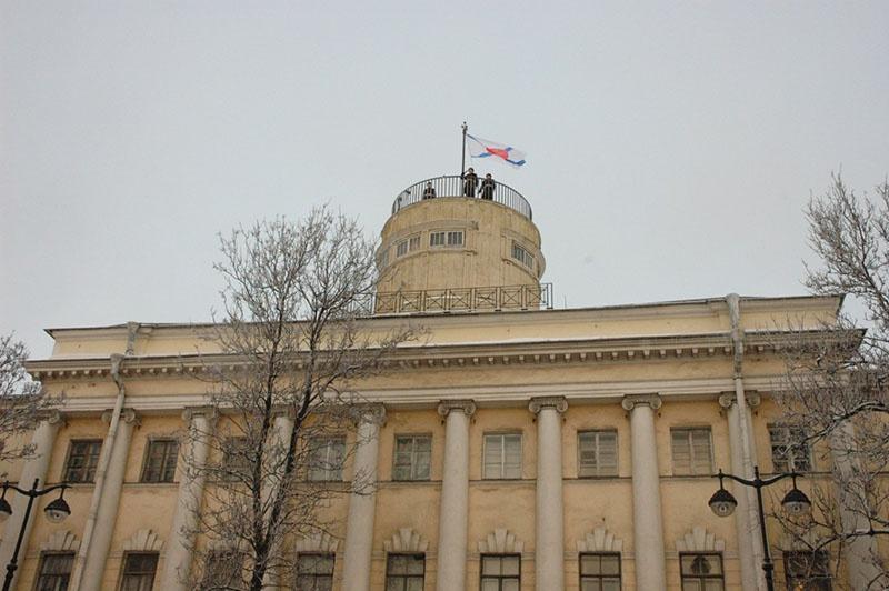 Подъём исторического флага на Астрономической башне Морского корпуса Петра Великого.