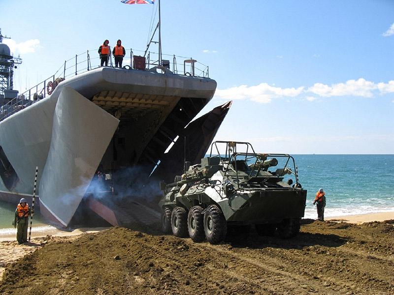 Прямо из твиндеков не совсем привычных для них больших десантных кораблей астраханские морпехи окунулись в учебный бой на крымском полигоне.