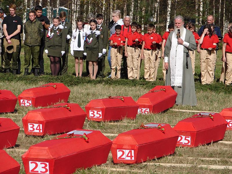 Перезахоронение найденных поисковиками погибших под Ржевом советских воинов.