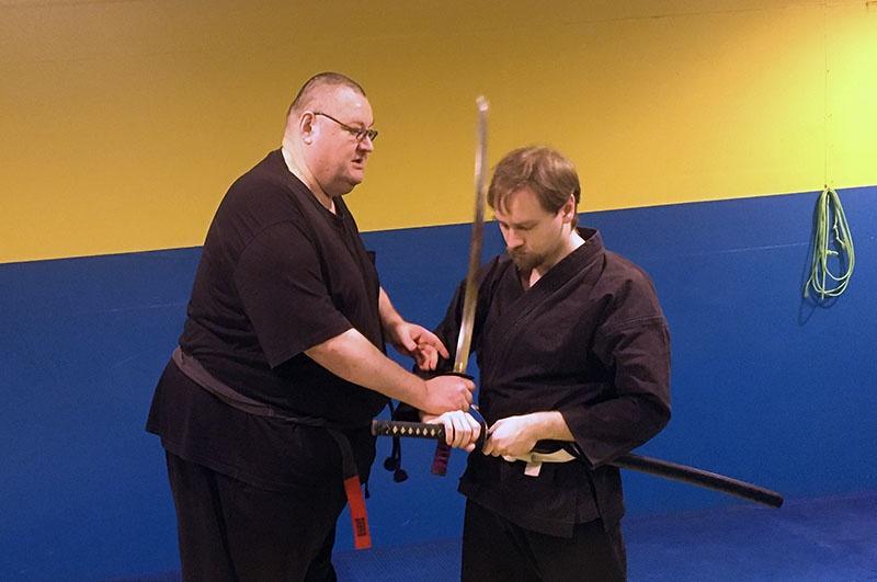 Алексей Астафьев показывает приёмы работы с мечом.