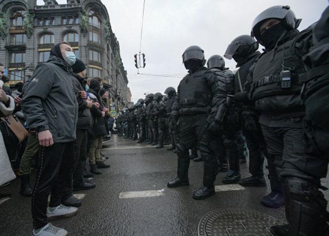 Сотрудники правоохранительных органов и участники несанкционированной акции сторонников Алексея Навального в Санкт-Петербурге.