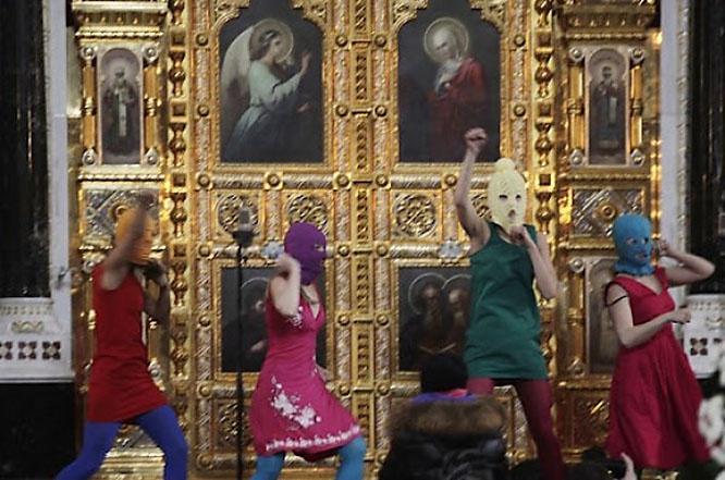 Пляски феминисток из Pussy Riot перед алтарём Храма Христа Спасителя.