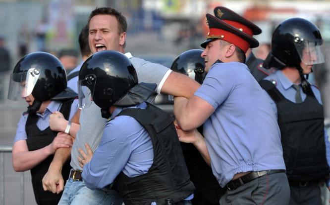 Сотрудники правоохранительных органов задерживают блогера Алексея Навального во время митинга 6 мая 2012 года на Болотной площади.