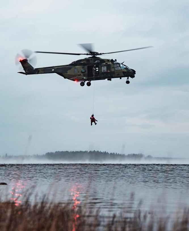 Новобранцы совершают прыжки в воду с вертолёта с предельно малой высоты без парашюта.