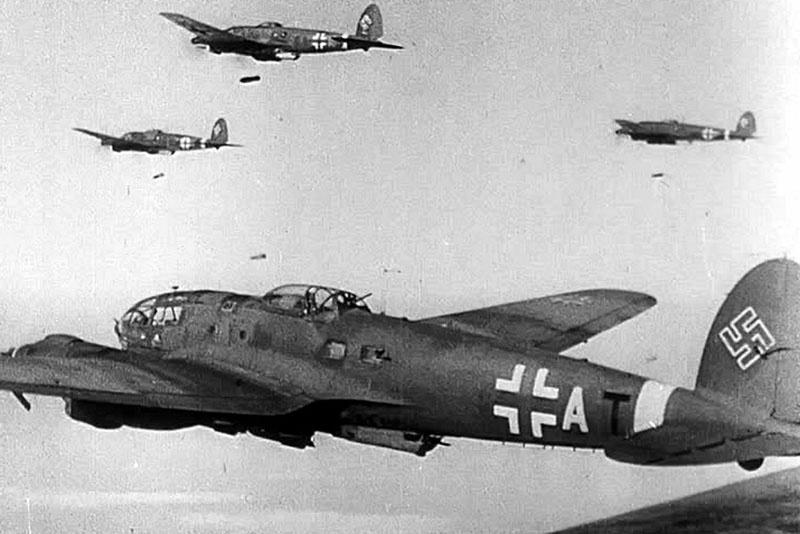 Немецкие самолёты летят бомбить Москву.