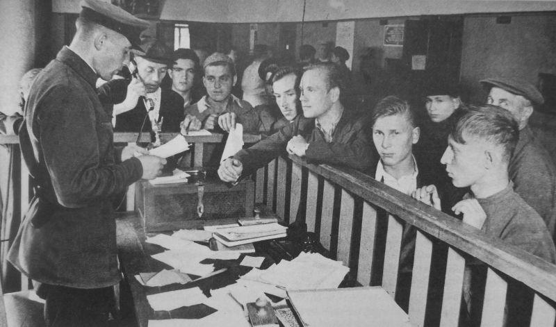 Запись добровольцев в Красную Армию в военкомате.