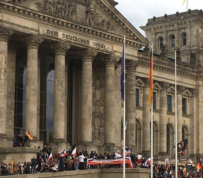В августе 2020-го недовольные граждане отправились на массовую стихийную демонстрацию к стенам бундестага.