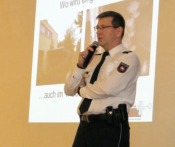Главный комиссар уголовного розыска города Ганновера Михаэль Фритш возглавил уже широко известное в Германии движение «Полицейские за просвещение».