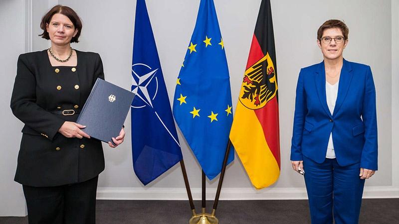Министр обороны ФРГ Аннегрет Крамп-Карренбауэр (справа) и новый президент военной контрразведки Мартина Розенберг.