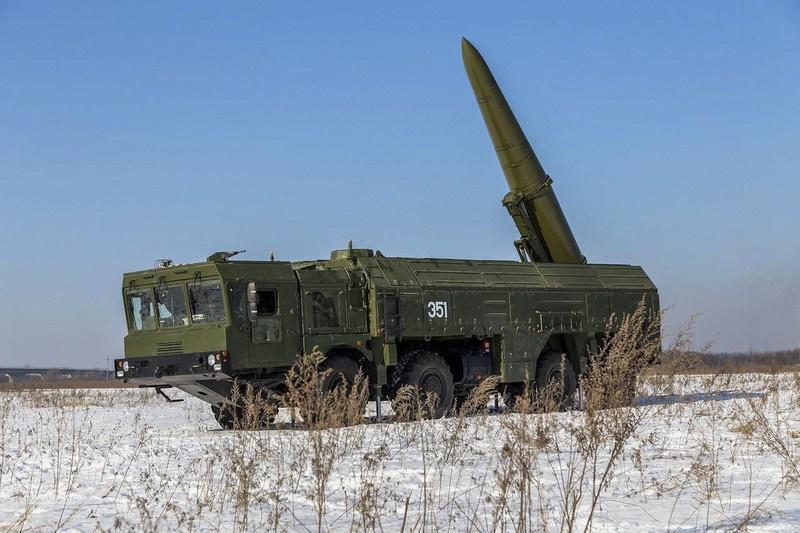 Расчёты оперативно-тактических ракетных комплексов (ОТРК) «Искандер» в ходе тренировки по боевой готовности совершили скрытное выдвижение в назначенный позиционный район.