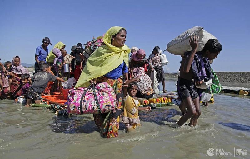 Мировое сообщество во главе с ООН осудило действия военных и призвало немедленно прекратить притеснения народности рохинджа.