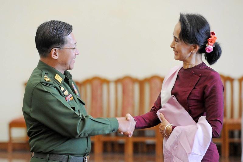 Старший генерал Мин Аунг Хлайн и государственный советник Аун Сан Су Чжи.