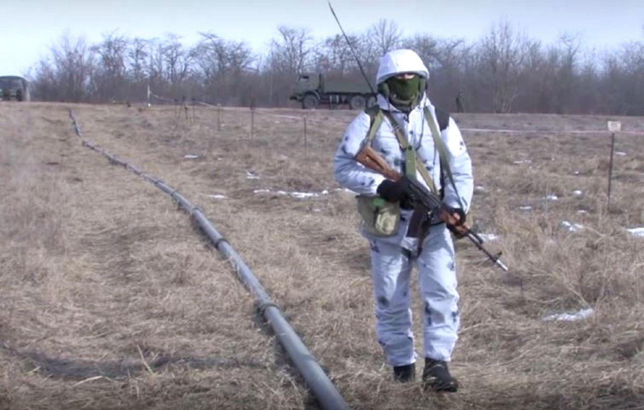 Военнослужащие отдельного трубопроводного батальона ЮВО проложили в Крыму в сложной ситуации 30 километров полевого водопровода.