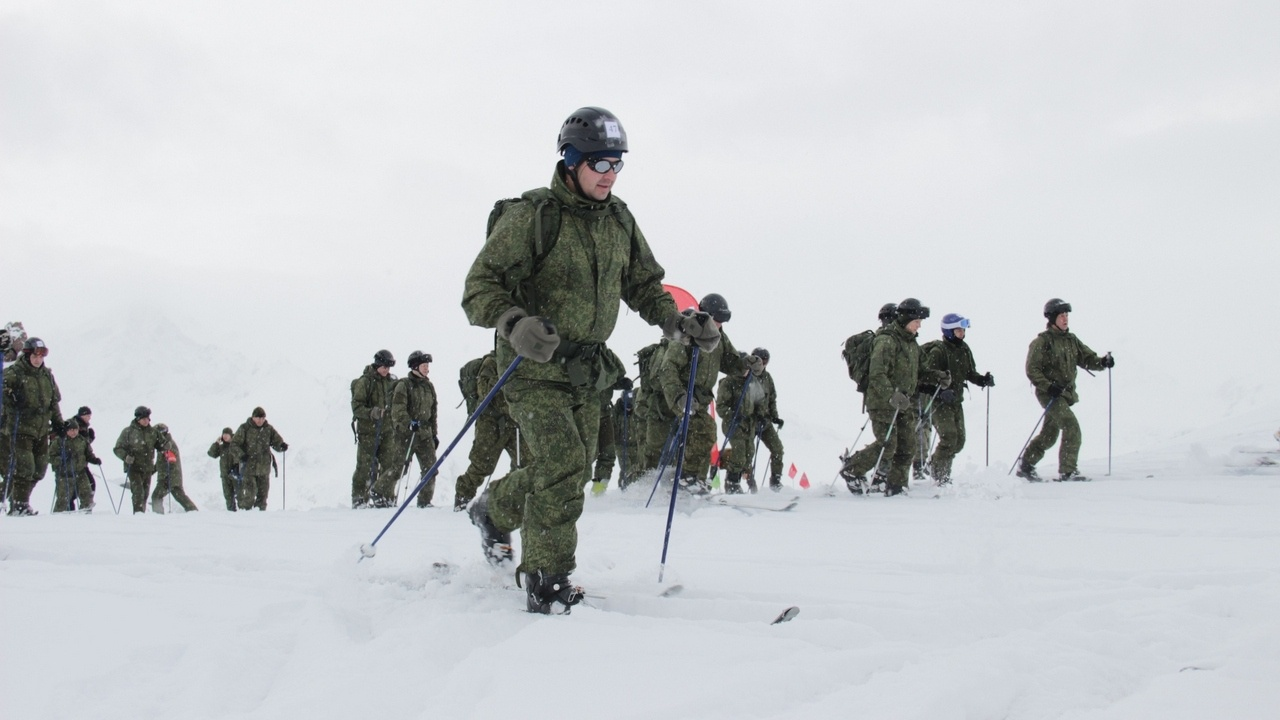 Инструкторы и разведчики приступили к горнолыжной подготовке.