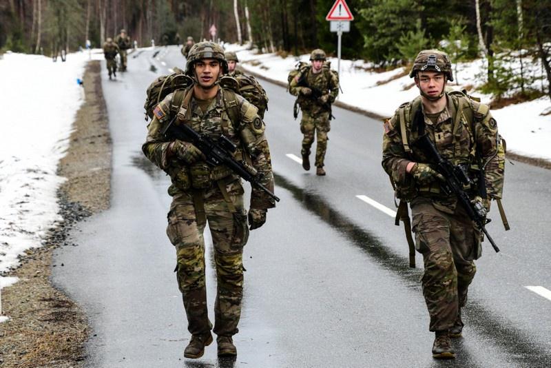 Солдаты США участвуют в марше на полигоне Графенвёр в Баварии. Январь 2021 года.