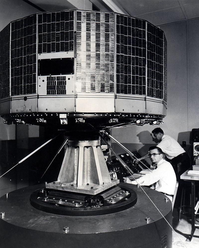 Спутник серии «Тирос» с инфракрасным приёмником и оптической системой.