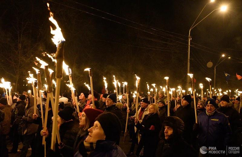 Участники факельного шествия националистов, приуроченного к годовщине со дня рождения Степана Бандеры в Киеве.