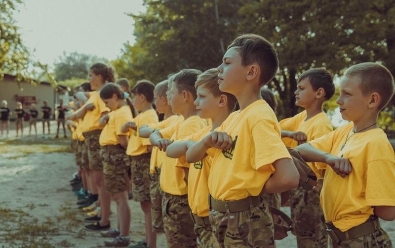 Лагерь «Азовец», созданный по инициативе лидера полка «Азов» и партии «Национальный корпус» Андрея Билецкого, принимает за смену свыше трёхсот школьников.