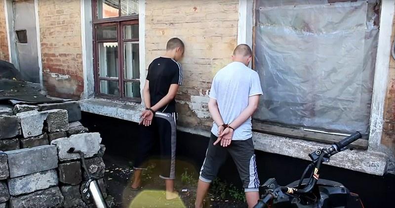 Стоп-кадр с видео задержания подростков-диверсантов в ДНР осенью 2016 г.