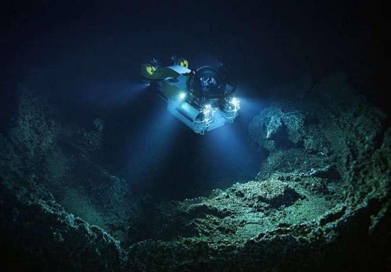 Наибольшая глубина Марианской трещины, или жёлоба, как замеряли в последний раз в 1957 году с нашего научно-исследовательского судна «Витязь», - 11.022 метра.