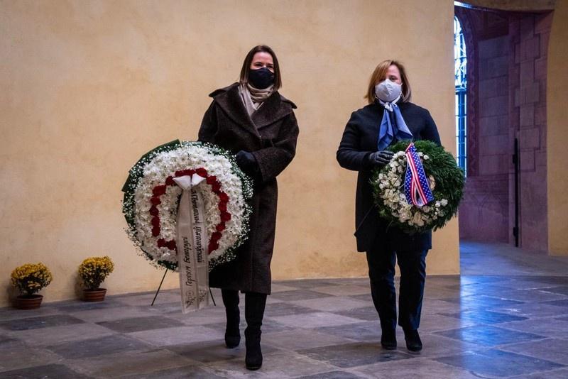 Госпожа «посол» США Джули Фишер провела встречу с «президентом» Светланой Тихановской в Литве. Фото twitter.com/tsihanouskaya