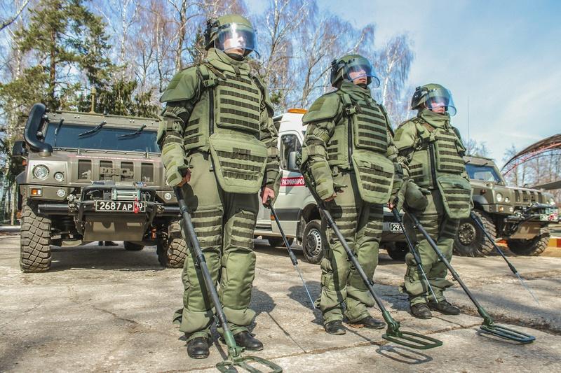 Современные костюмы из общевойскового комплекта разминирования надёжно защищают сапёра при выполнении боевых задач.