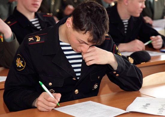 Средний конкурс в военно-морские училища (институты) в 2020 году для юношей составил 5,5 человека на место, для девушек, пожелавших надеть офицерские погоны, ещё больше - 12 человек.