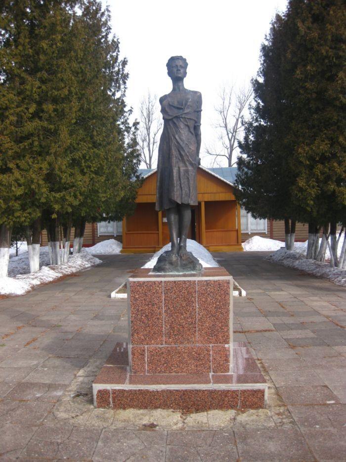 Памятник Зое Космодемьянской в Петрищево.