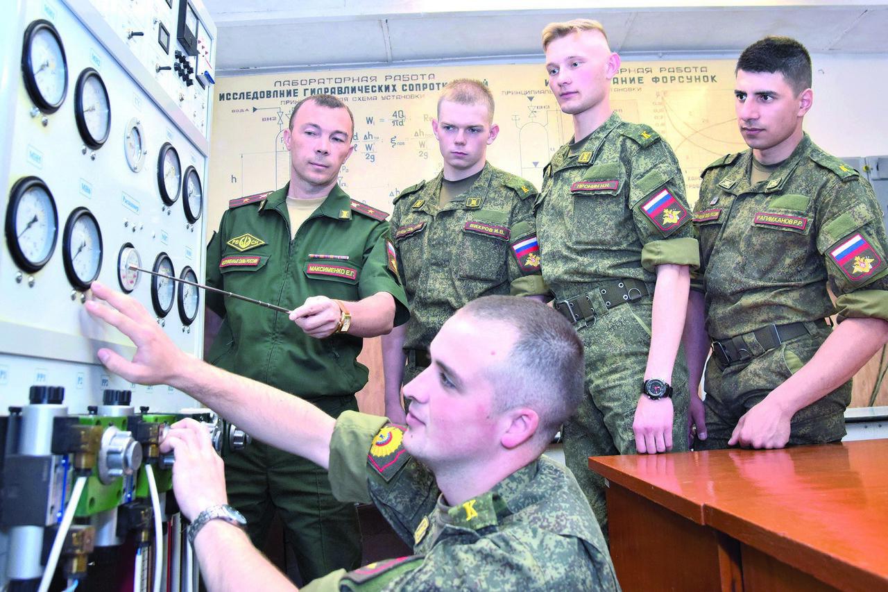 Большая часть выпускников предназначена, конечно же, для РВСН, но вуз готовит специалистов идля других видов иродов войск.