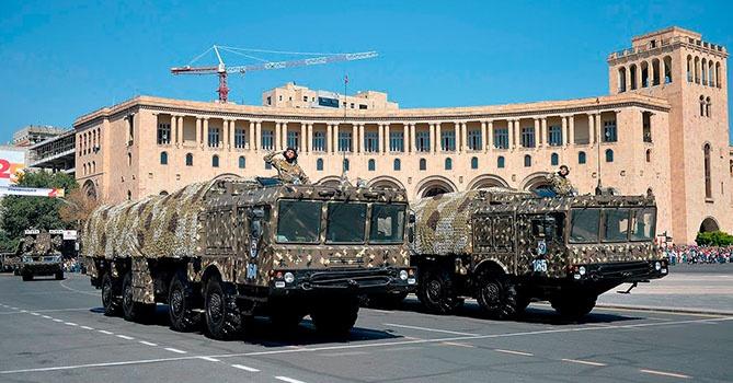 Закупленные у России «Искандеры» на военном параде в Ереване.