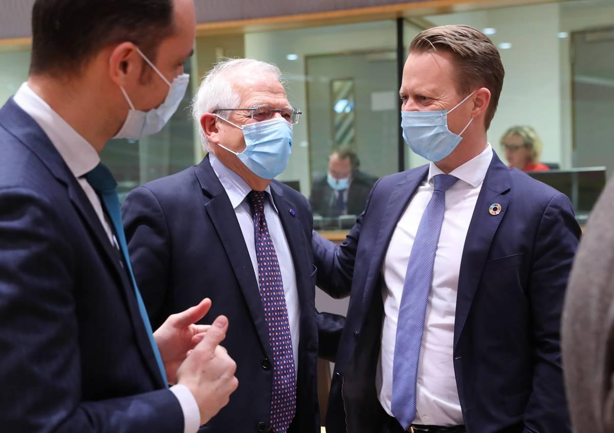 Глава европейской дипломатии Жозеп Боррель (в центре) на встрече министров иностранных дел стран ЕС 22 февраля 2021 г. в Брюсселе.