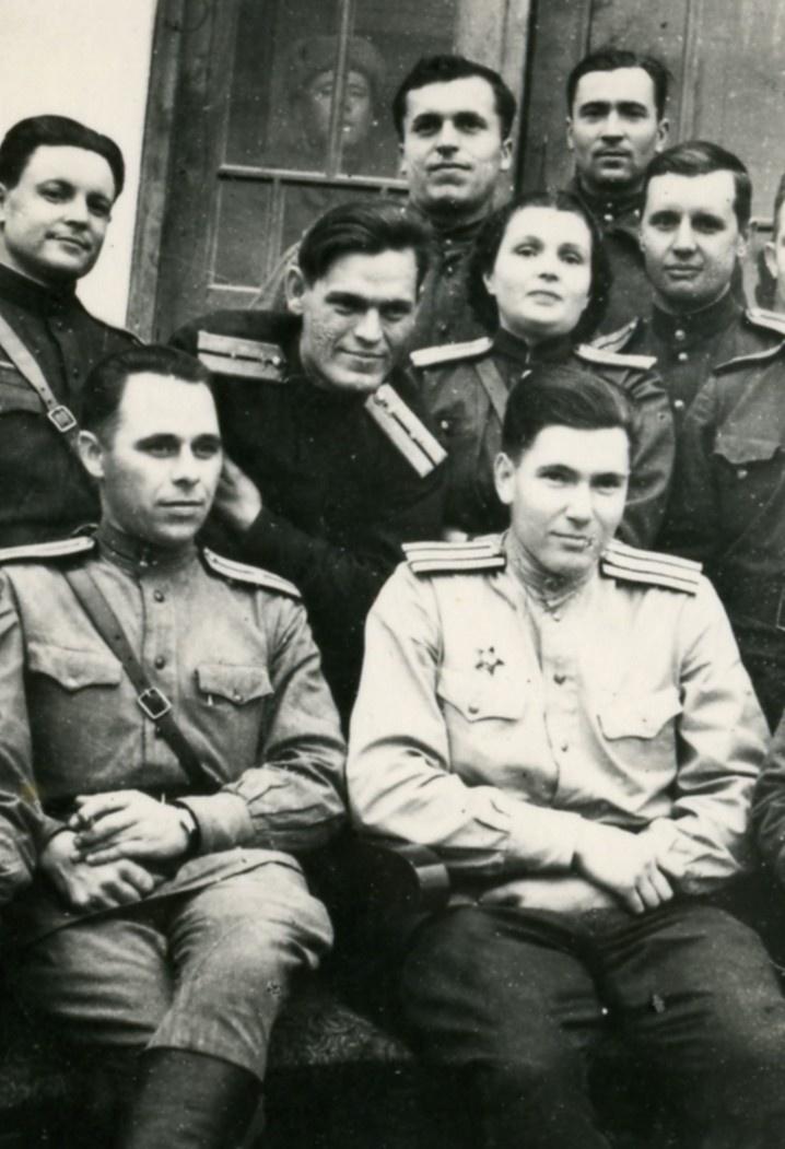 Офицеры-радиоразведчики. Ноябрь 1944 г. 2-й Украинский фронт. Справа в первом ряду: майор П. Шмырёв. Это он в 1950-е руководил спецоперацией по вскрытию системы НОРАД.