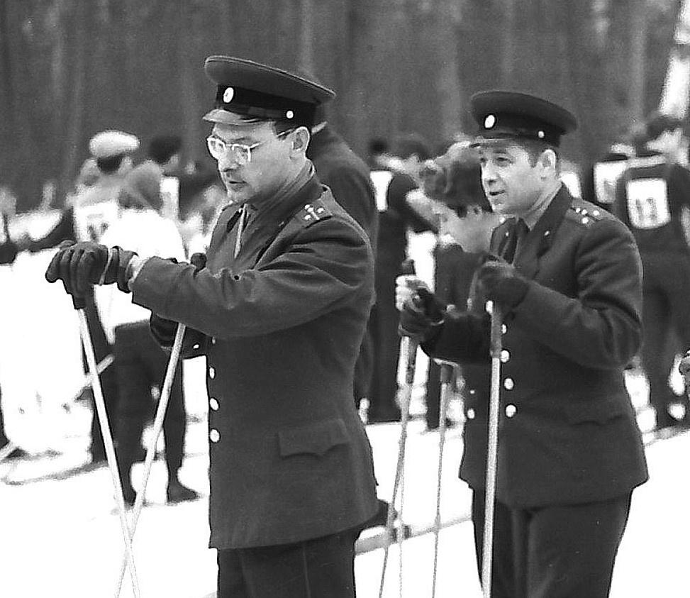 Капитан Бутнев (слева) на занятиях по физподготовке.
