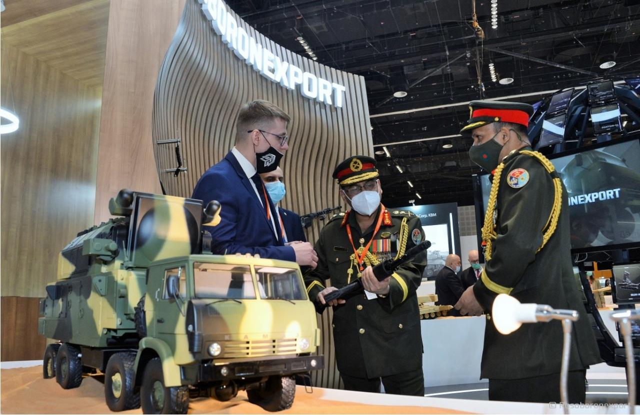 На завершившемся вАбу-Даби крупнейшем военно-техническом салоне IDEX-2021«Рособоронэкспорт» показал ряд новинок, включая ракетно-зенитный комплекс С-400 и танк Т-14 «Армата».