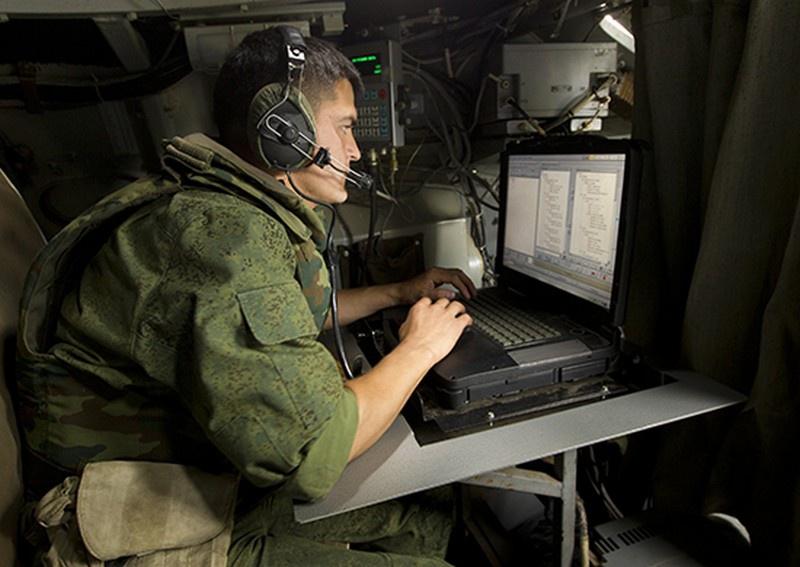Связисты ЗВО изучают возможности ЕСУ ТЗ на полигоне в Ленинградской области.