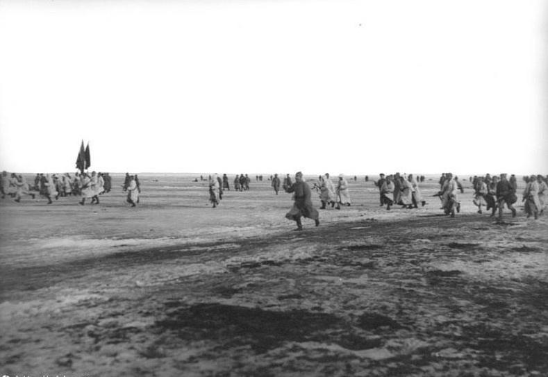 Подавление Кронштадтского мятежа (восстания). Красная Армия атакует островную крепость Кронштадт по льду Финского залива.