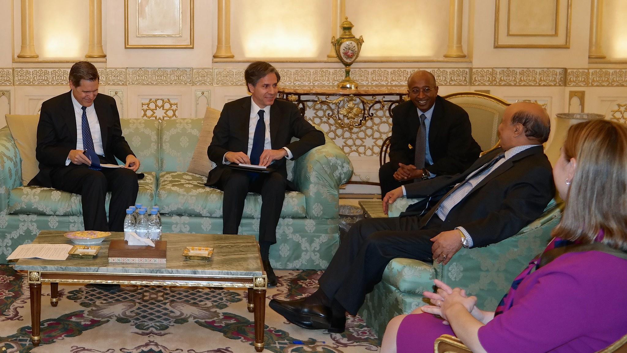 Госсекретарь Тони Блинкен утверждает, будто Америка глубоко обеспокоена «катастрофической гуманитарной ситуацией», сложившейся в Йемене. На встрече с президентом Йемена Абд Раббо Мансуром.