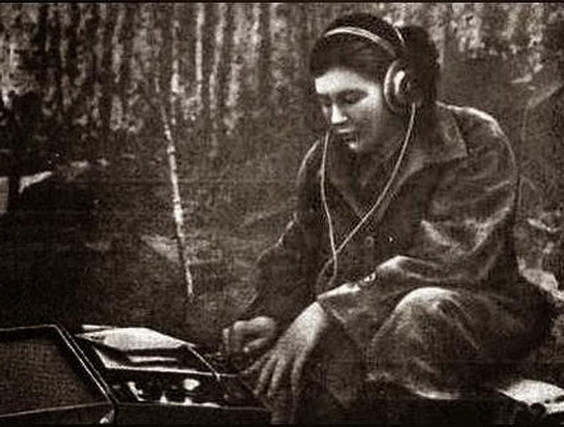 Разведчица-радистка передает радиограмму в Центр.