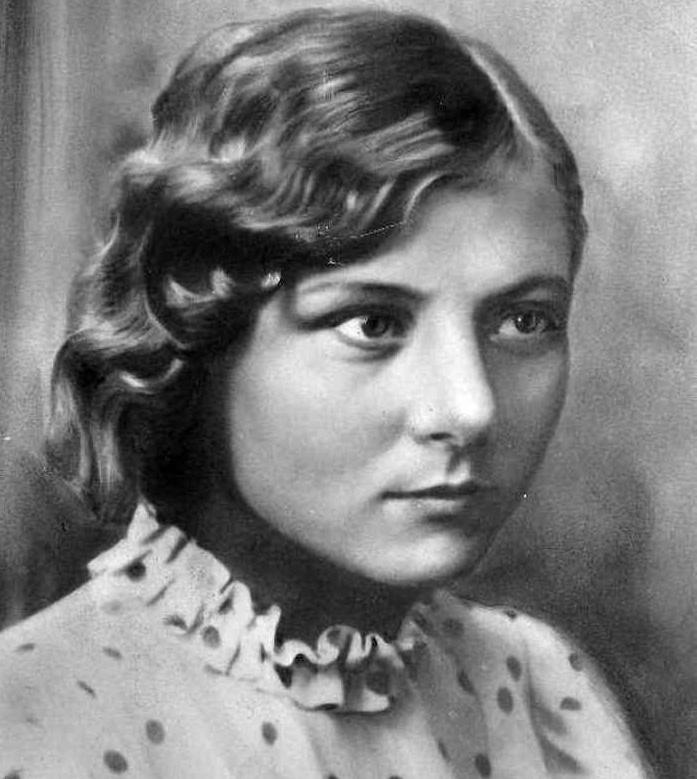 Международный планетарный центр увековечил память советской разведчицы-радистки, присвоив имя Валентины Олешко планете № 2438.