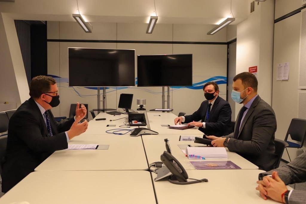 Министр инфраструктуры Украины Владислав Криклий на встрече с заместителем генерального секретаря НАТО по вопросам оборонной политики и планирования Патриком Тернером.