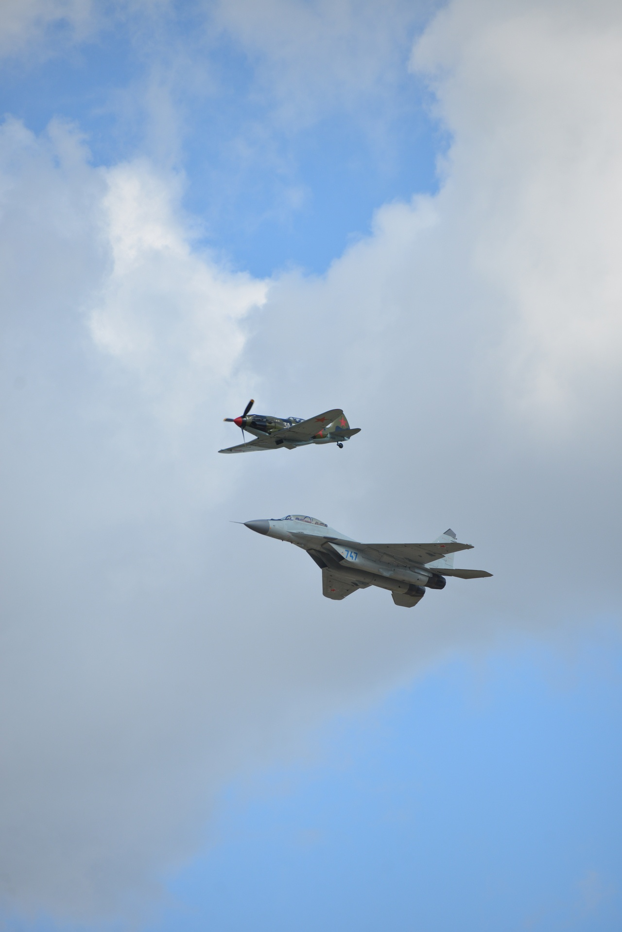 МиГ-35 и МиГ-3 - пролёт парой на аэрокосмическом салоне МАКС.