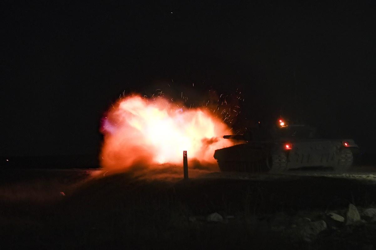 Мотострелки и танкисты общевойсковой армии ЗВО организовали ночную засаду условному противнику на учении в Воронежской области на полигоне Криница.