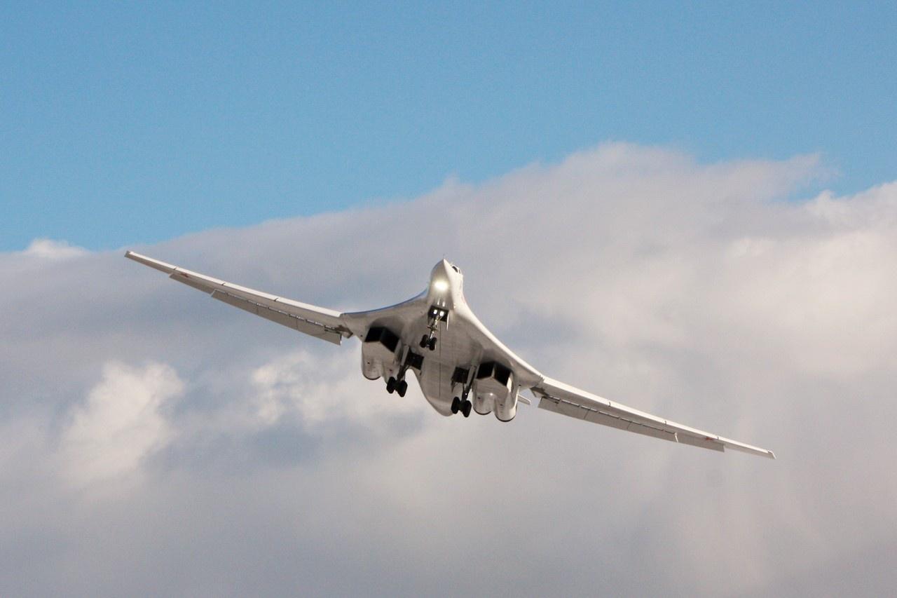 Ростех передал первый модернизированный ракетоносец Ту-160М для испытаний.