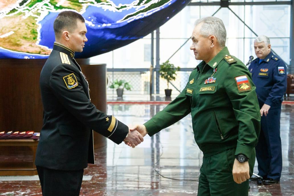 Министр обороны генерал армии С.К. Шойгу вручает Золотую Звезду Героя капитану 1 ранга В.Н. Маслову.