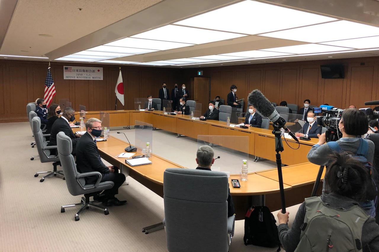 Министр обороны Ллойд Дж. Остин и госсекретарь Энтони Дж. Блинкен на переговорах с японским руководством.