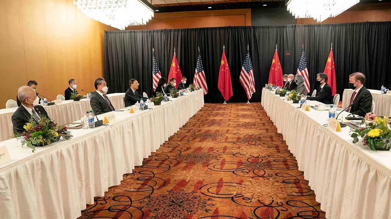 Встреча представителей Вашингтона и Пекина в Анкоридже была напряженной, дать старт улучшению отношений не удалось, и Китай предложил США заниматься своей демократией.