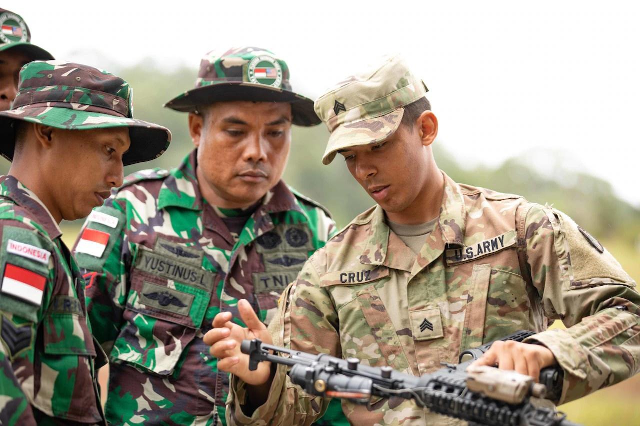 Американский солдат и индонезийские военнослужащие на Гавайях.