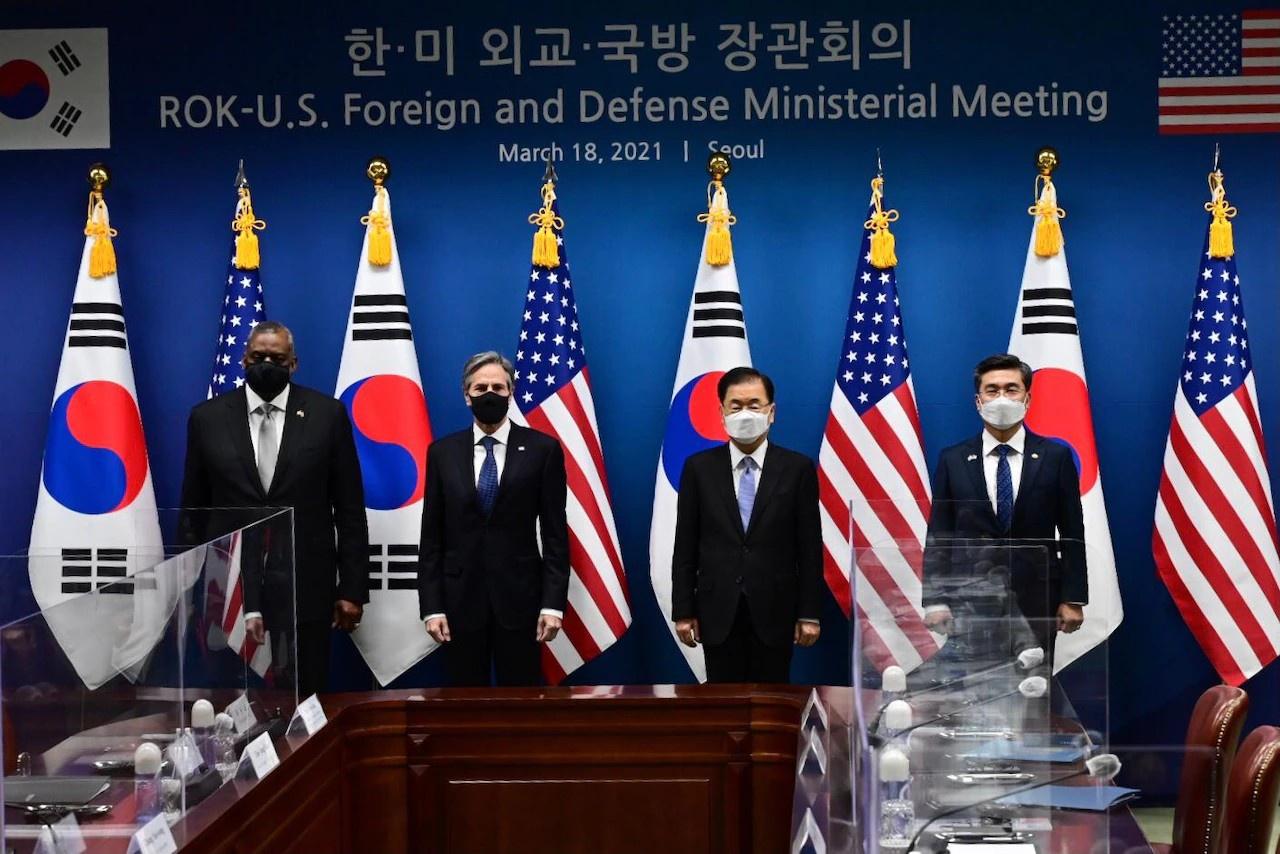 Министр обороны Ллойд Дж. Остин и госсекретарь Энтони Дж. Блинкен налаживают ещё более тесную связь с Республикой Корея на переговорах в Сеуле 18 марта 2021 г.