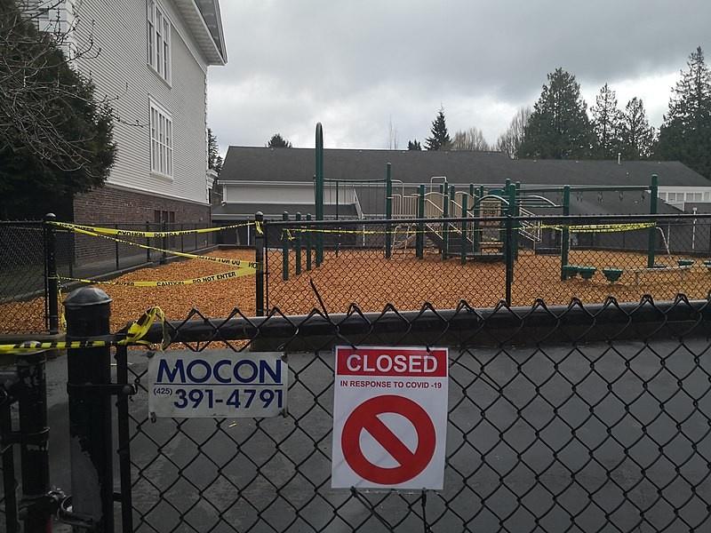 Детская площадка в начальной школе Сиэтла закрыта из-за эпидемии с 25 марта.